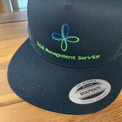 「株式会社トータルマネジメントサービス様」ロゴ+キャップサムネイル